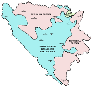 En bleu ciel la fédération de Bosnie-Herzégovine, en rose la Republika Srpska et en vert le district de Brcko (Source : Wikipedia)