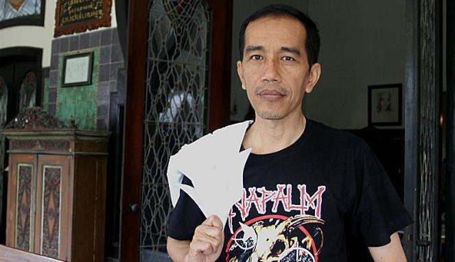 "Jokowi est un fan de musique métal, le voici portant un t-shirt du groupe de death metal « Napalm Death ». ""The nearest Jokowi has come to being accused of graft is in accepting a gift of a bass guitar signed by a member of Metallica, a heavy-metal band (he has a penchant for loud rock music)."" Banyan, « Mr Joko goes to Jakarta, An honest man looks hard to beat in Indonesia's presidential election next year », publié le 8/07/13, disponible sur The Economist,http://www.economist.com/news/asia/21579001-honest-man-looks-hard-beat-indonesias-presidential-election-next-year-mr-joko-goes consulté le 10/07/14."