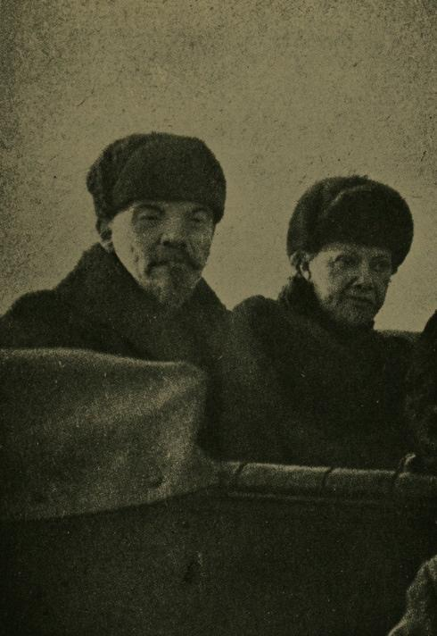 Lenin_and_Wife_1918