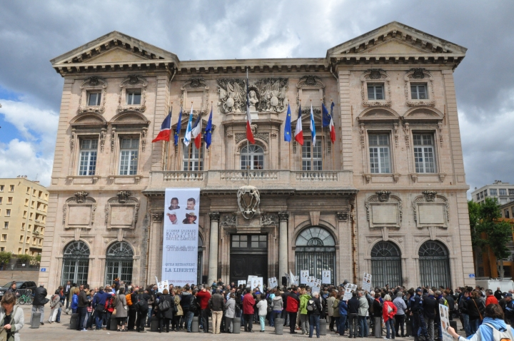 Marseille_(France),_hôtel_de_ville,_protestation_for_hostages_in_Sahel.JPG